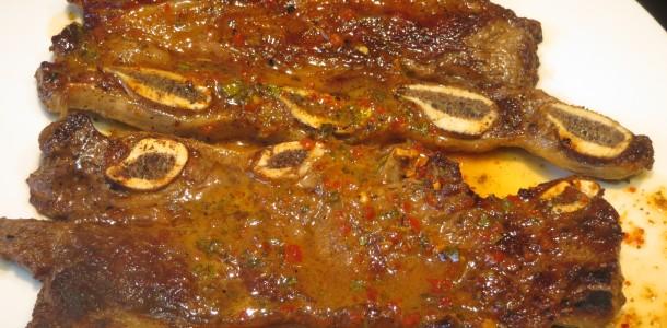 asado de tira con salsa chimichurri