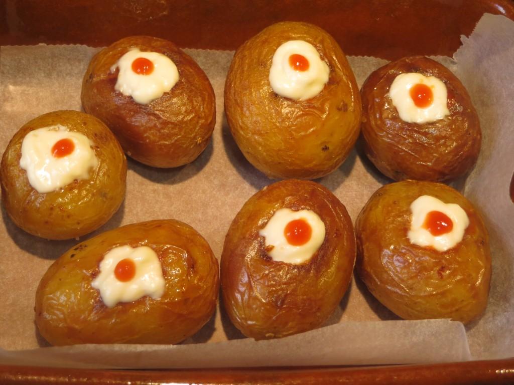 Punteado de las patatas con salsa brava