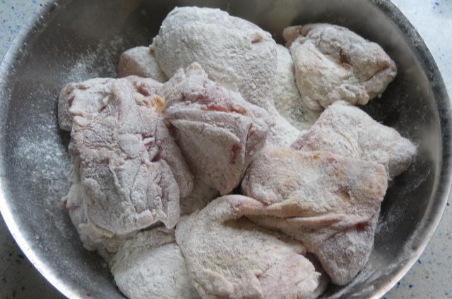 Enharinado de los trozos de pollo