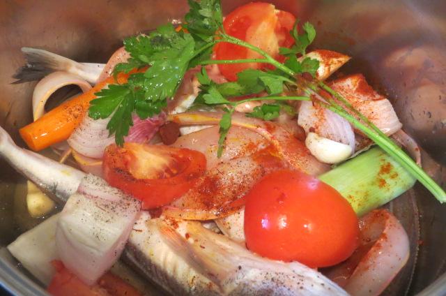 Pescado y verduras en la olla