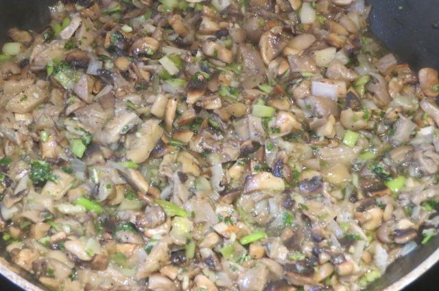 añadido del perejil y ajos finamente picados