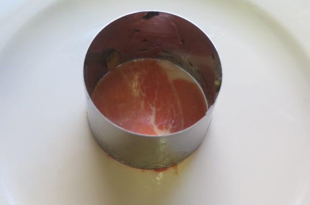 colocación de la lámina de jamón en la base