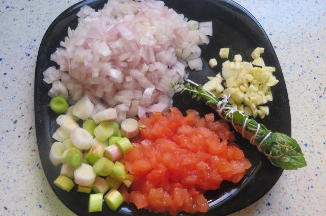 verdura cortada y ramillete de hierbas preparado