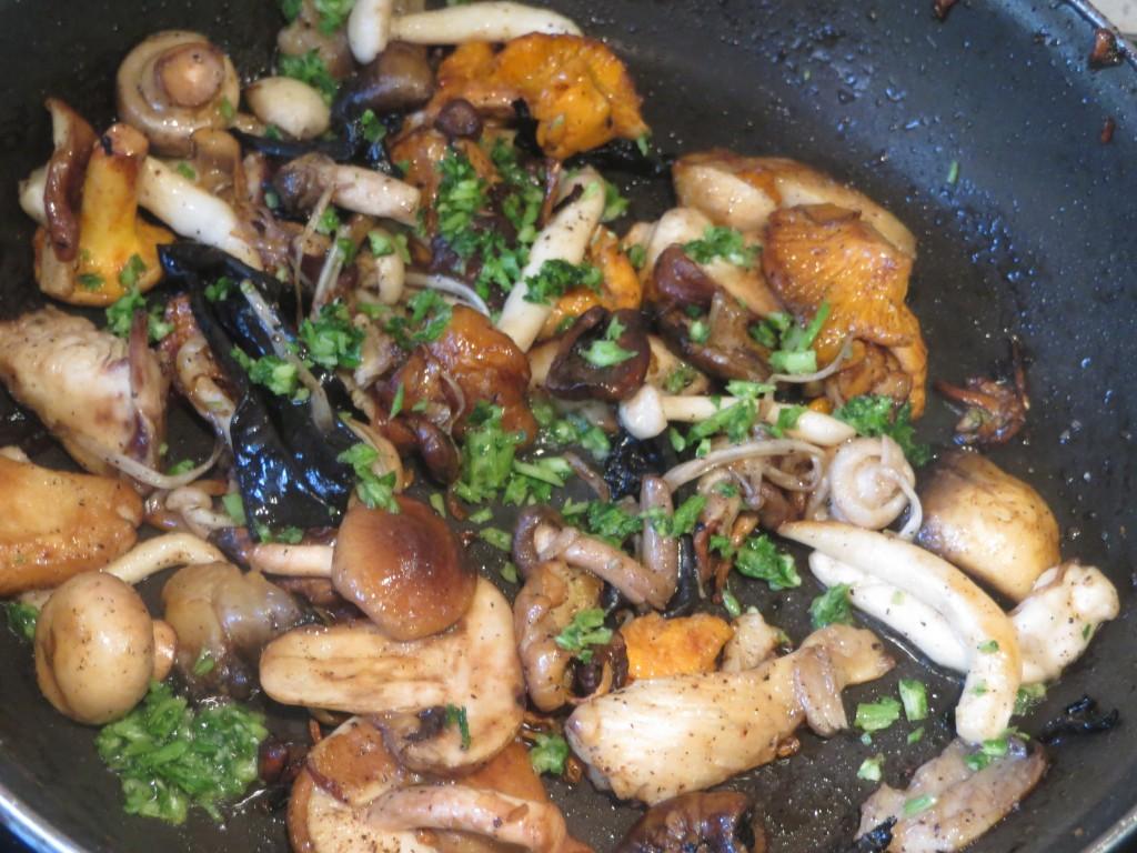 añadiendo ajo y perejil finamente picado