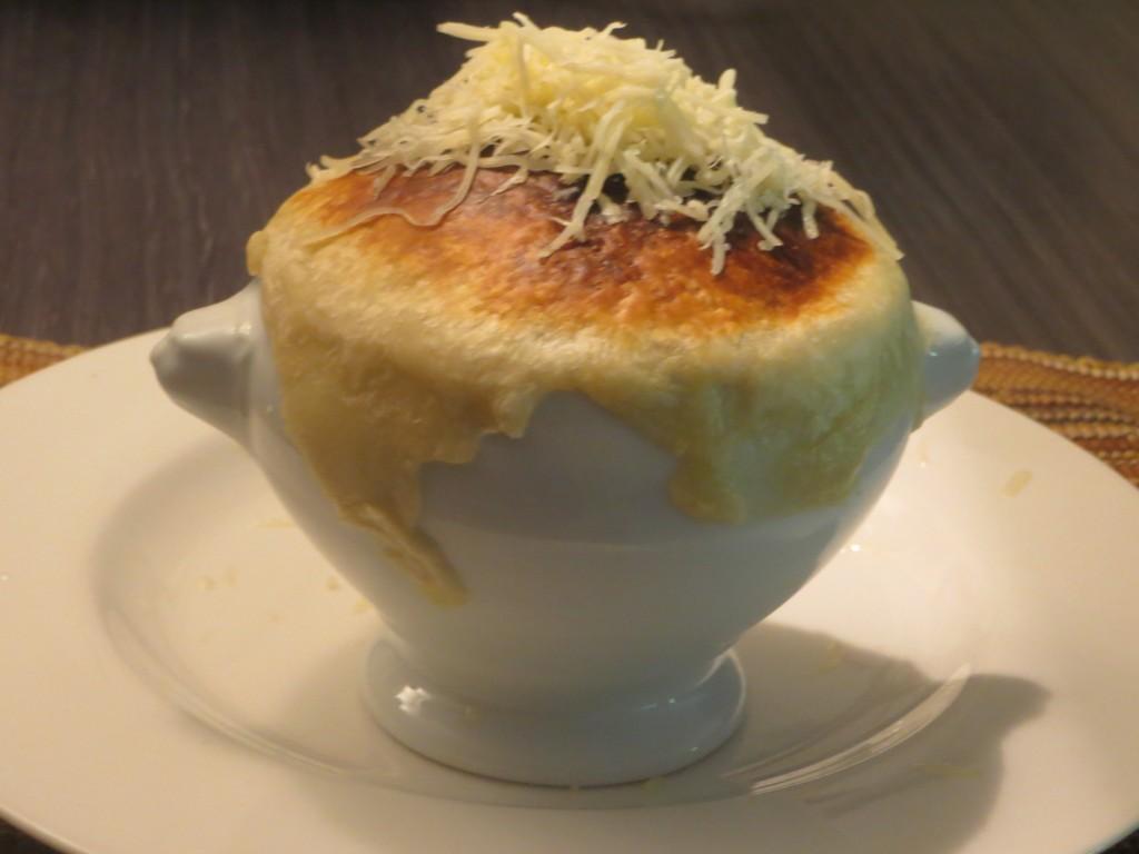 añadiendo queso rallado sobre el hojaldre