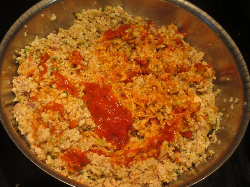 añadiendo salsa de tomate al relleno