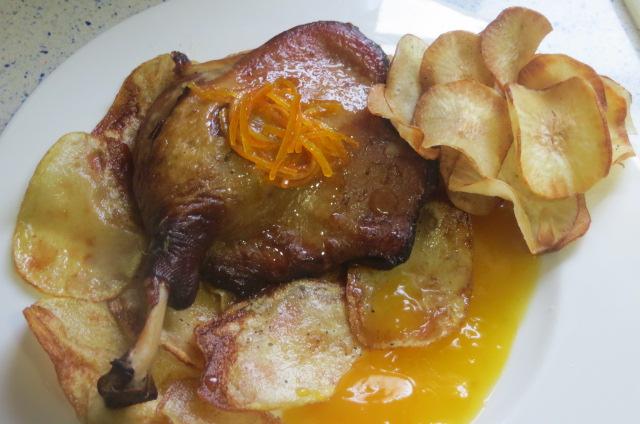 confit de pato con salsa de naranja y chips de yuca
