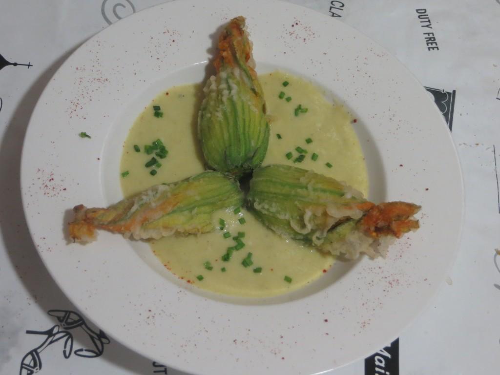 presentación flores de calabacín en tempura rellenas