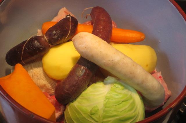 verduras y longanizas en la olla