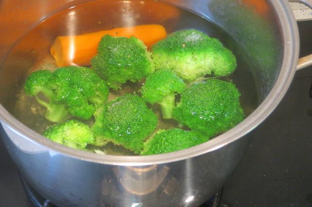 cociendo el brécoli y la zanahoria