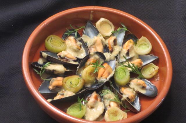 presentación de mejillones con salsa, puerros y sajolida