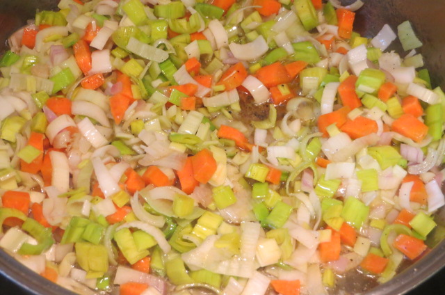 pochando los puerros y resto de verduras