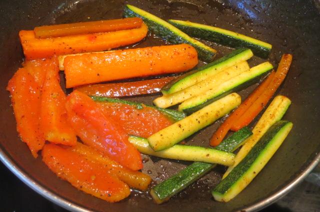 salteando las verduras de la guarnición