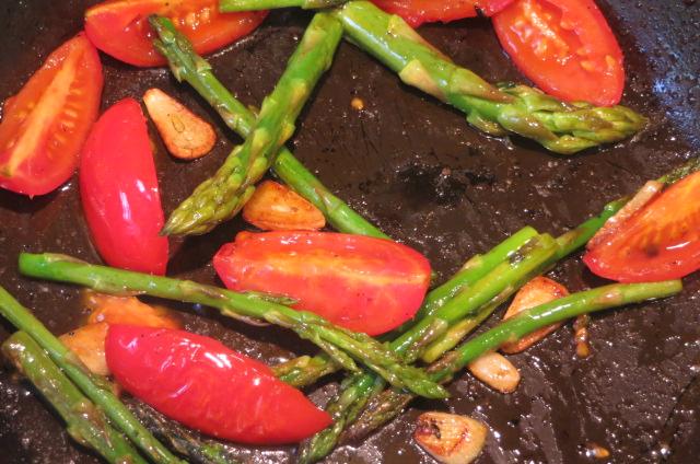 dorando los acompañamientos de los tallarines de verduras