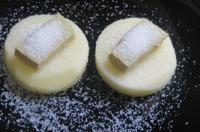 depositando azúcar sobre los montaditos de manzana y  paté de oca