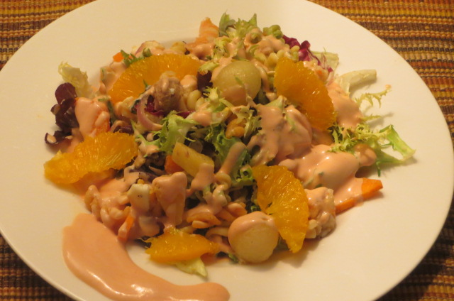 ensalada de pasta de hélices con verduras emplatada