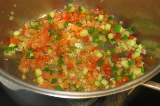añadiendo el tomate al sofrito