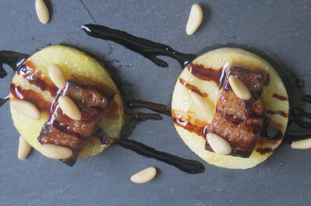 montaditos de manzana y pate de mousse de oca