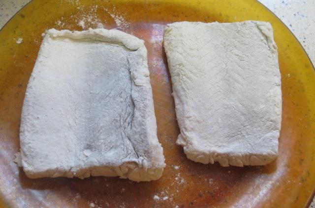 trozos de lomo de merluza enharinados