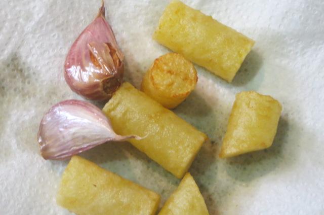 cilindros y ajos fritos sobre el papel absorbente