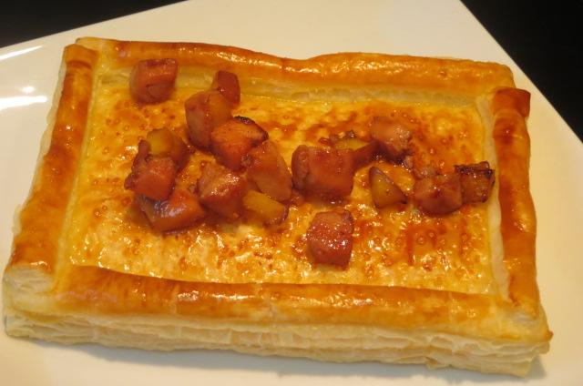depositando en la coca los dados caramelizados de foie mi-cuit y de manzana