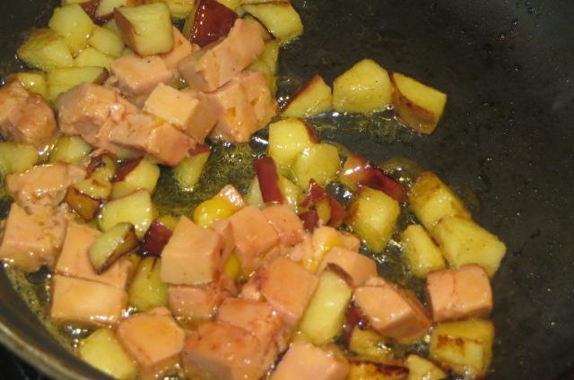salteando los dados de manzana y foie mi-cuit