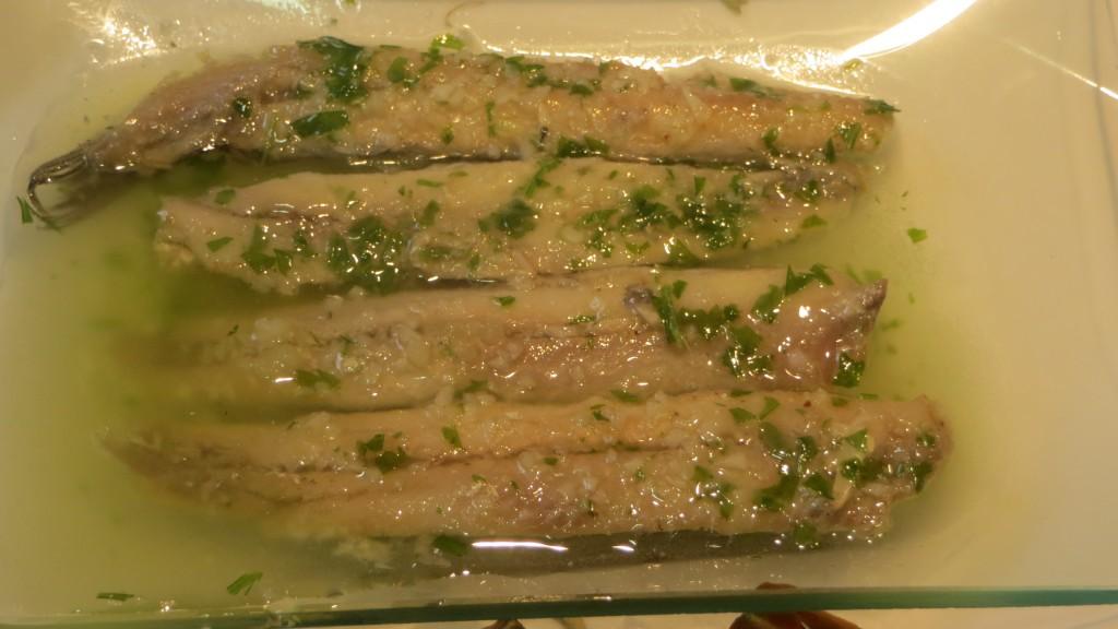 boquerones marinados en vinagre, aceite, ajo y perejil