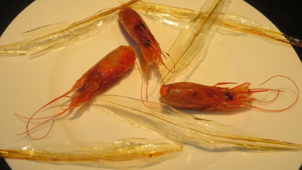 cabezas de gambas y plumas de calamar fritas