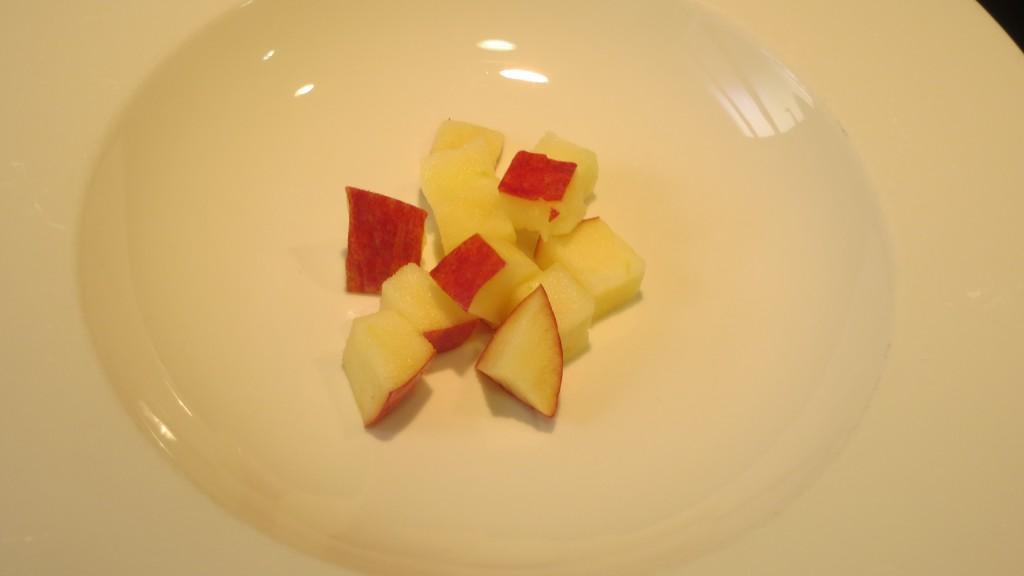 dados de manzana colocados en el plato