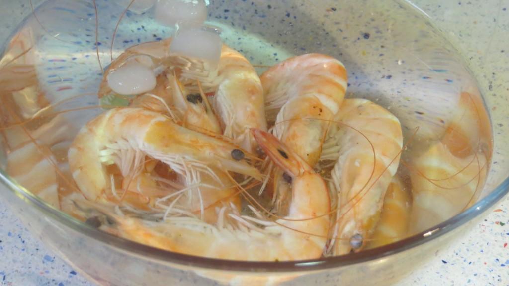 langostinos sumergidos en agua fría