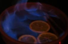 realizando el quemado del alcohol del ron