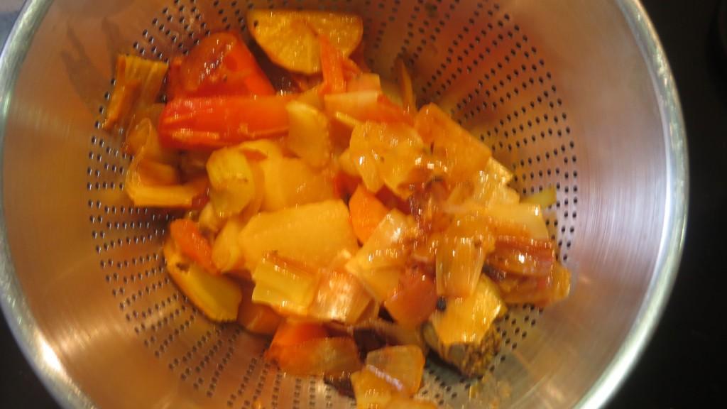 pasando por el colador chino las verduras y el caldo