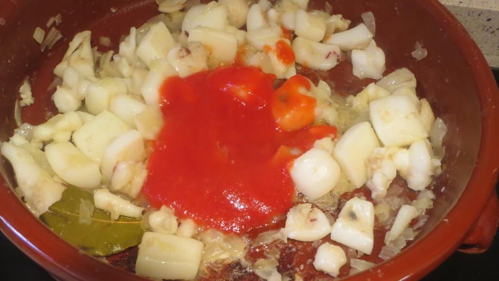incorporando el tomate a la sepia