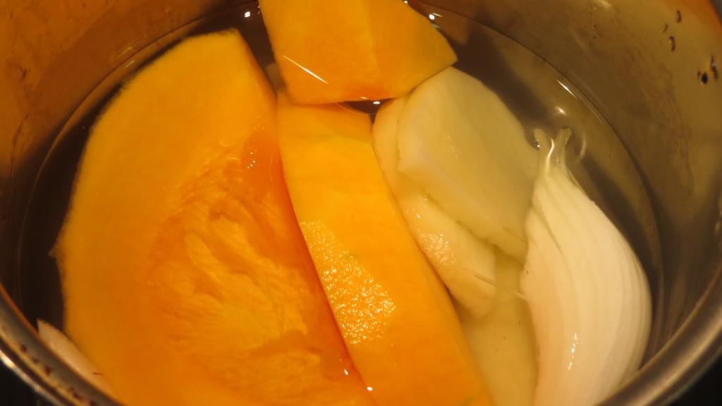 ingredientes de la crema de calabaza limpios y cortados