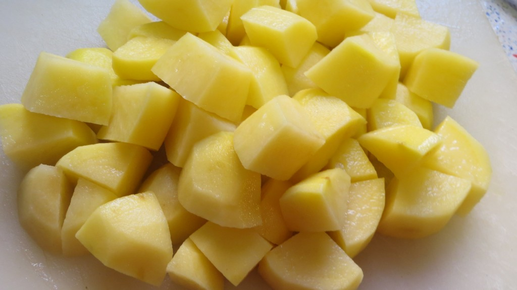 patatas cortadas a dados pequeños