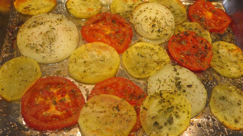 patatas y verduras a medio hornear