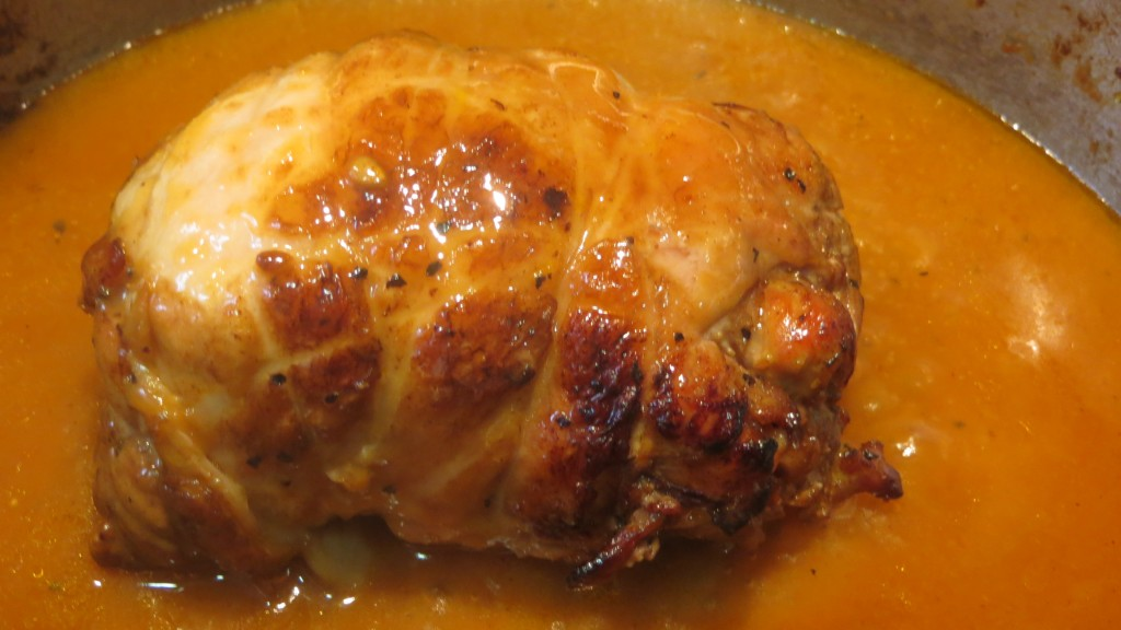 rollos de patas de pavo rellenos, sin cuerdas y cociendo en la salsa