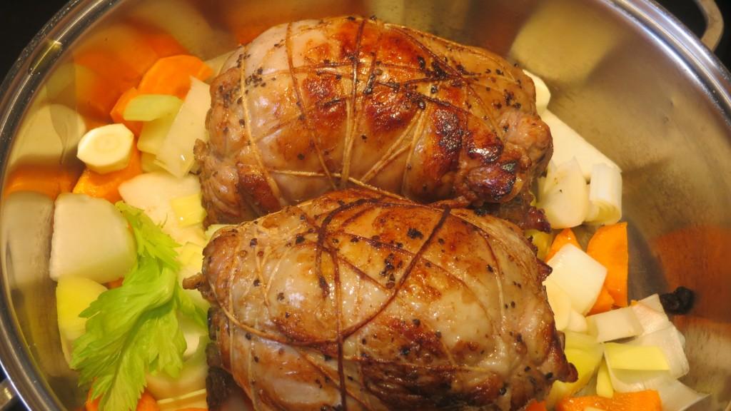 rollos de pata de pavo dorándose con las verduras