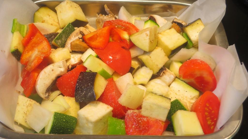 verduras introducidas en la fuente del horno