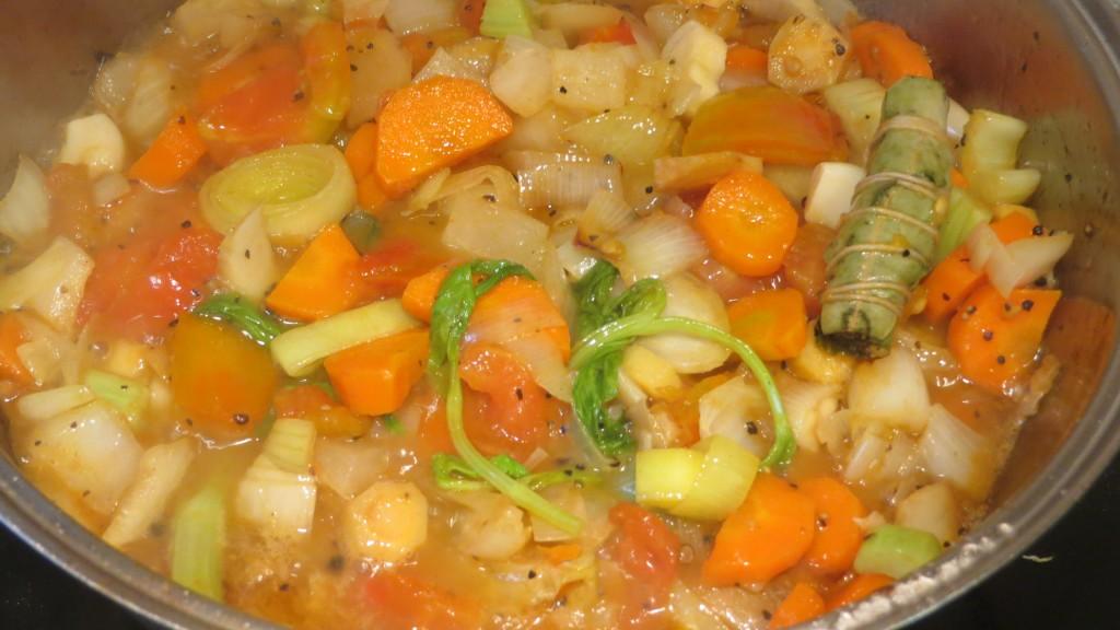 incorporación del caldo a las verduras