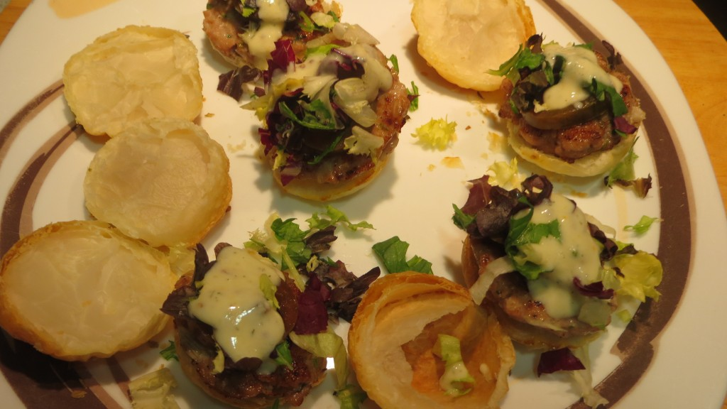 incorporando la salsa de yogur a los bocaditos de hamburguesa de atún rojo