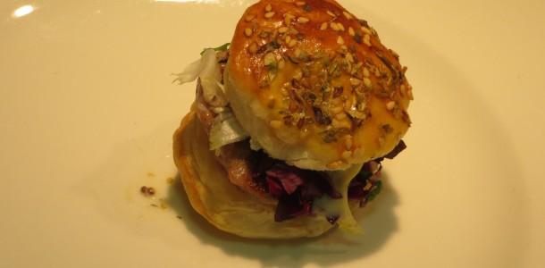 aperitivo bocadito de mini-hamburguesa completa de atún rojo