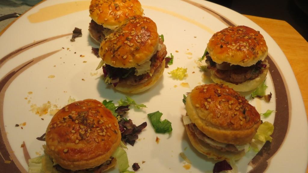 bocaditos de hamburguesa completa de atún rojo acabados