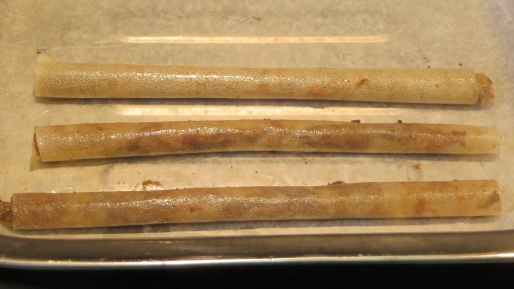 canutillos de pasta filo con morcilla depositados en la bandeja del horno