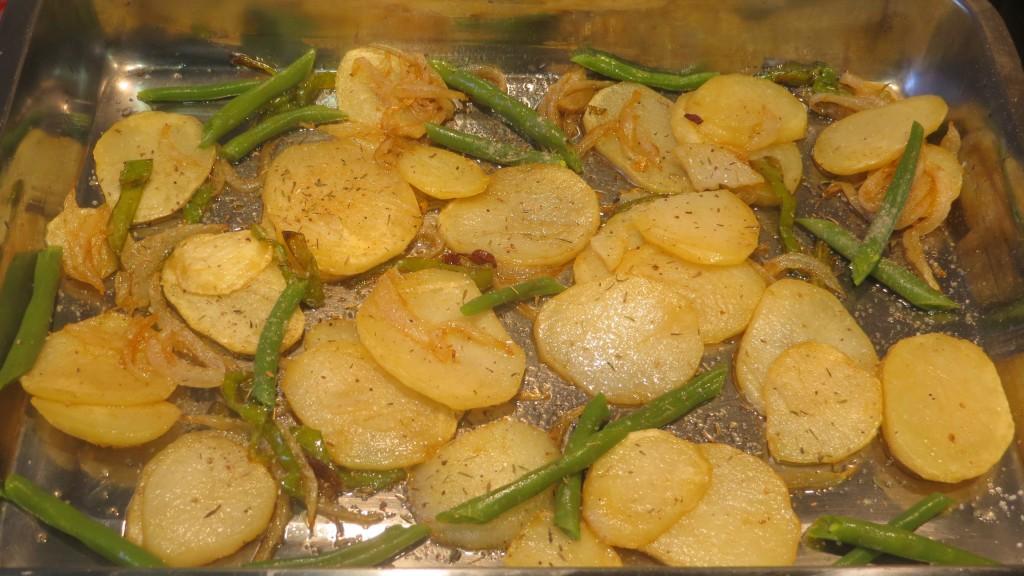 cama de patatas panadera en la fuente de horno