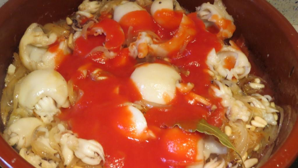 tomate triturado incorporado a las sepias y a la cebolla