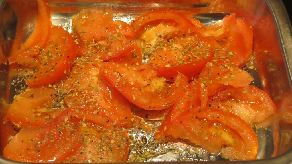 tomates cortados, salpimentados y con las hierbas aromáticas