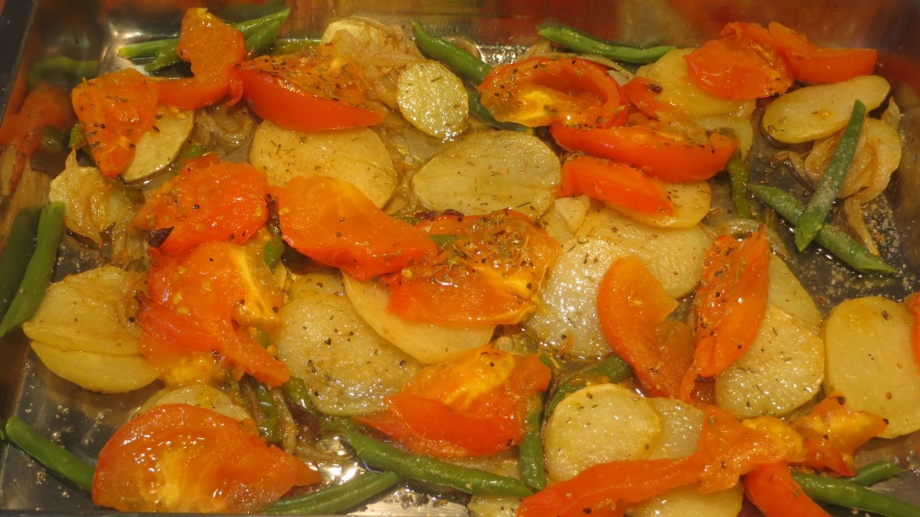 incorporación de los trozos de tomate y las judías verdes cocidas