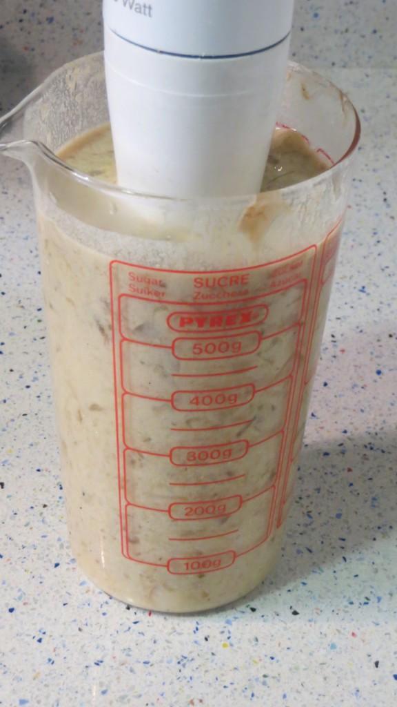 ingredientes de la salsa de hongos preparados para ser triturados