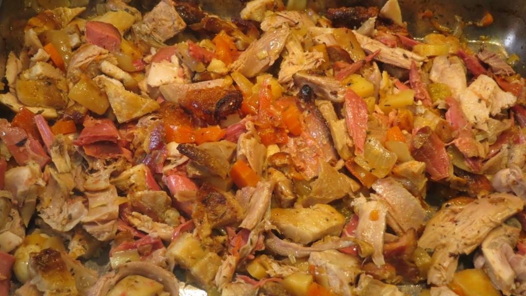 mezcla de las carnes y de las verduras del relleno de los canelones